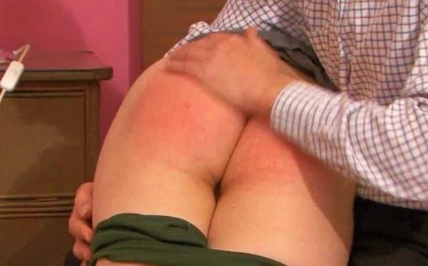 Una chica que está recibiendo nalgadas en el culo