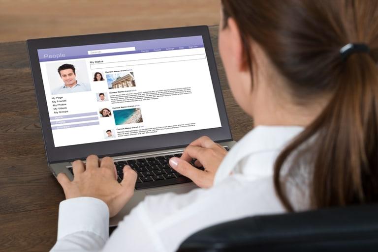 Una chica organiza una cita en línea